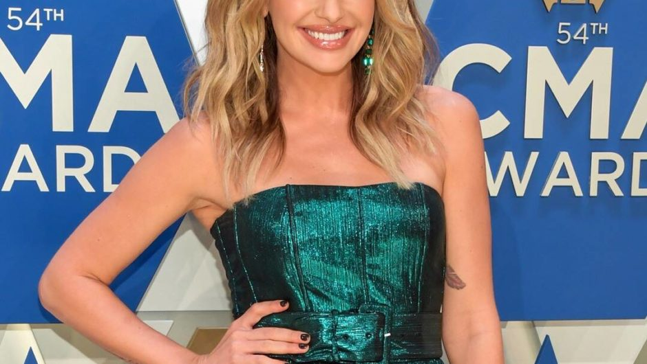 "Carly Pearce: Stuns in green strapless dress on ""2020 CMA Awards"""