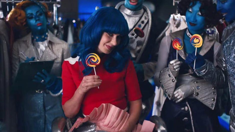 Zooey Deschanel: Channels 'Katy Perry' in new music video